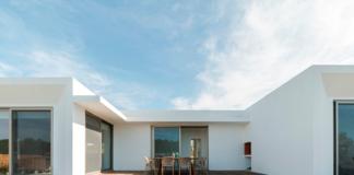 imagen de vivienda unifamiliar en una sola plata con piscina privada rodeada de tarima