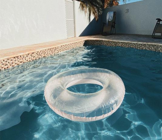 flotador en piscina con cloración salina
