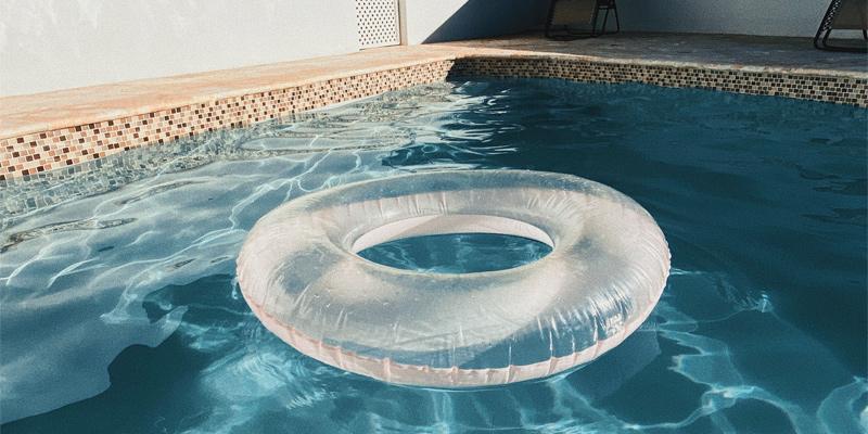 Flotador en piscina tratada con cloración salina